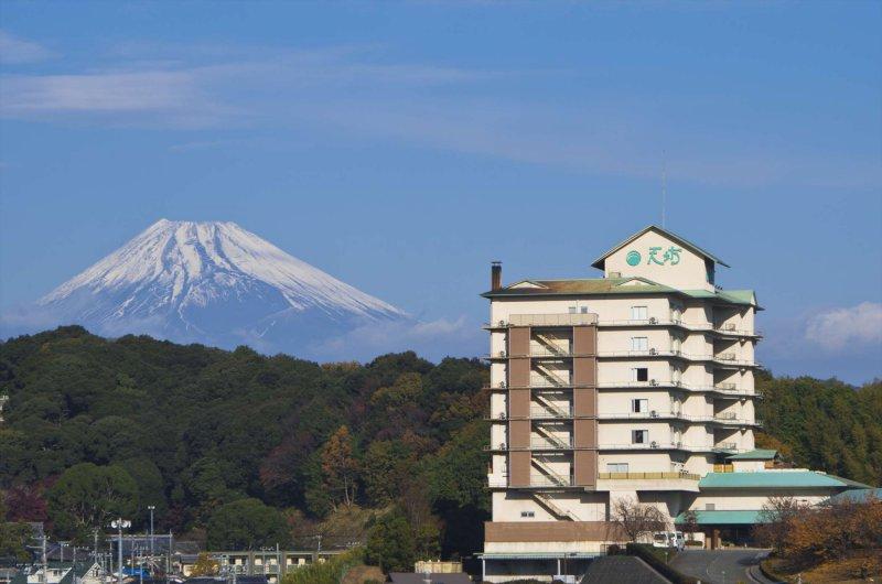 富士山を望む高台にある見晴らしのよい明るく開放的な宿