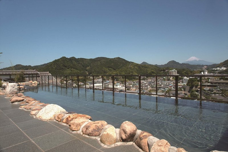 全長15メートルの大スケール。富士を一望の天空風呂