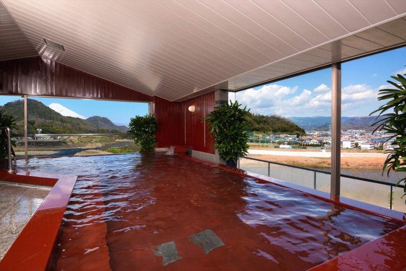 富士山を眺めながら入れる漆塗りの温泉