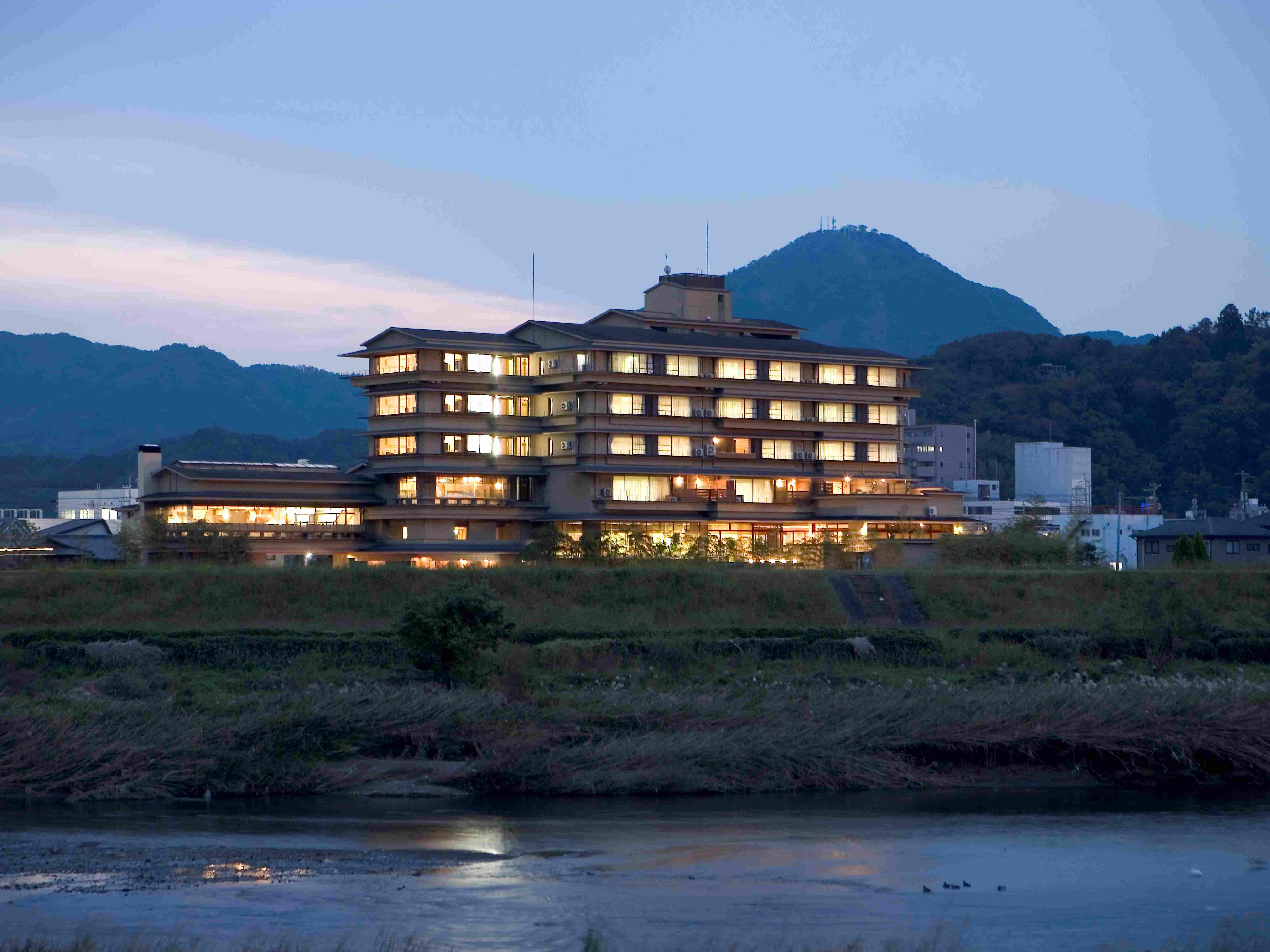 霊峰富士を望む狩野川のほとりでくつろぐ