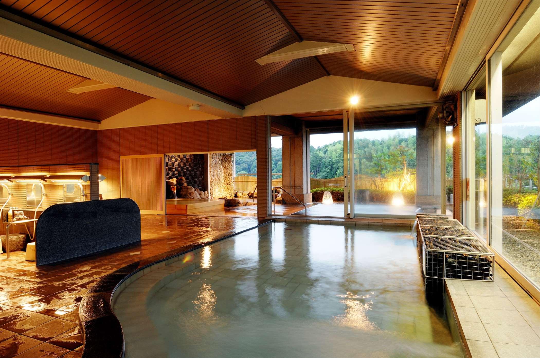 広々とした大浴場は3階で眺めバツグン、男女3種の人気の露天風呂